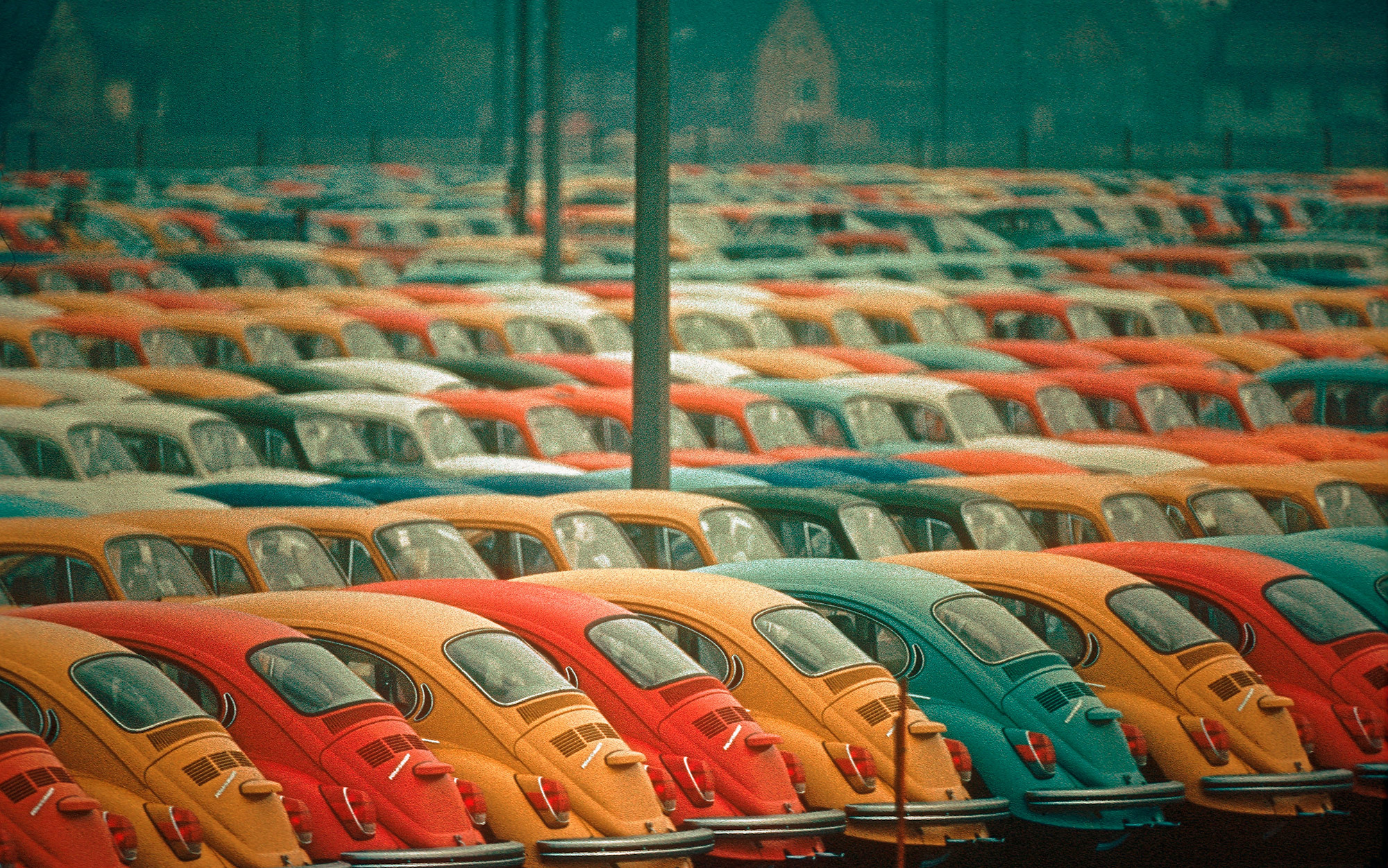 Resultado de imagem para Newly built Volkswagen Beetles ready for shipping from Hamburg in 1972. Photo by Thomas Hoepker/Magnum