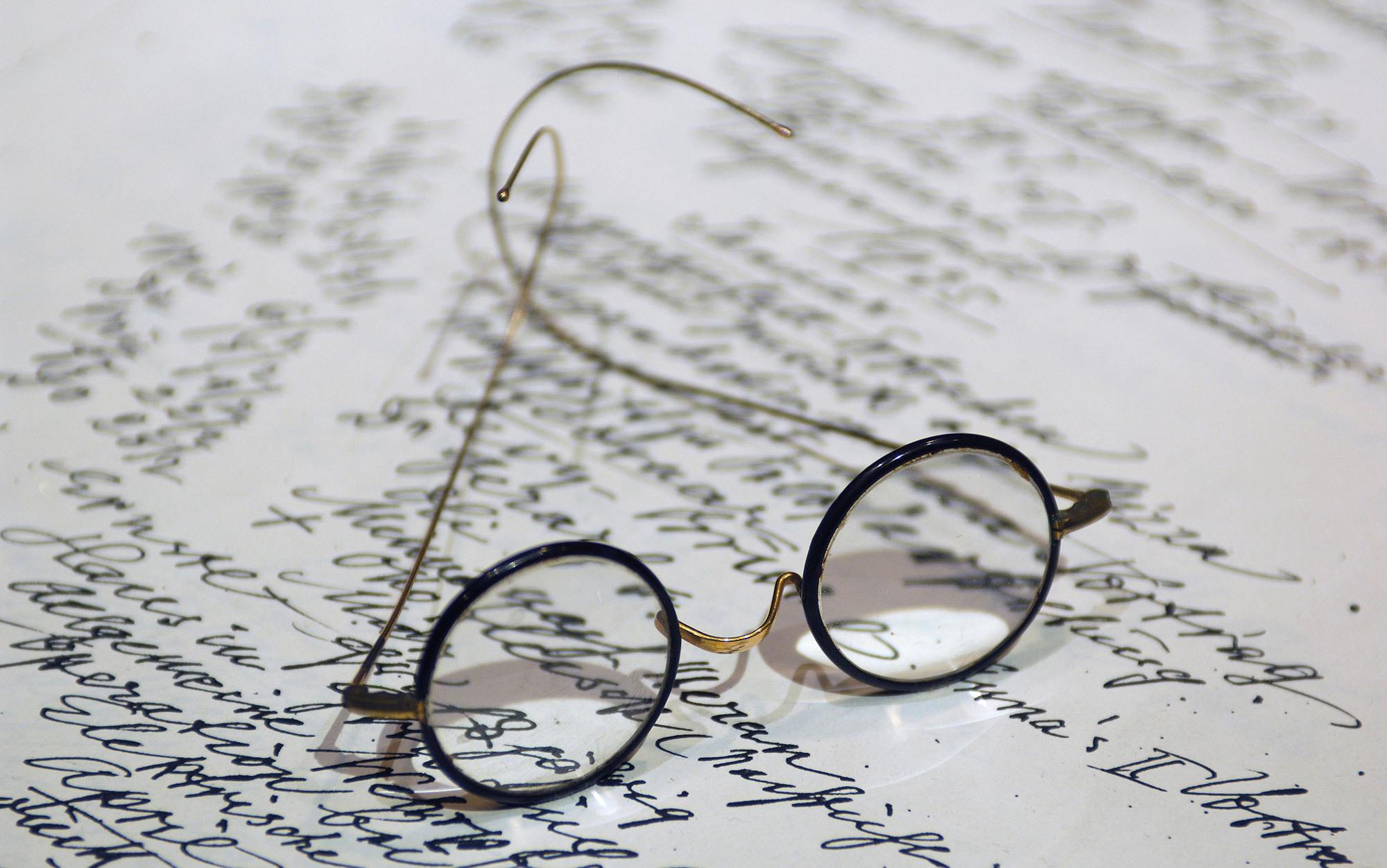 Resultado de imagem para Freud's glasses at the Freud Museum, London. Photo by Dukas Presseagentur/Alamy