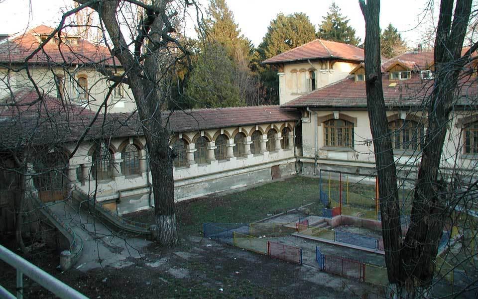 Pyhän Katariinan, rönsyilevän kompleksi myöhään 19th-luvun kivitalot ja lohduton pihat, joka oli aikoinaan suurin orpokodin Bukarestissa. Kuva: Tri Charles Nelson